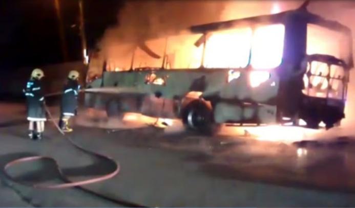 O fogo atingiu a fiação elétrica dos postes (FOTO: Reprodução)