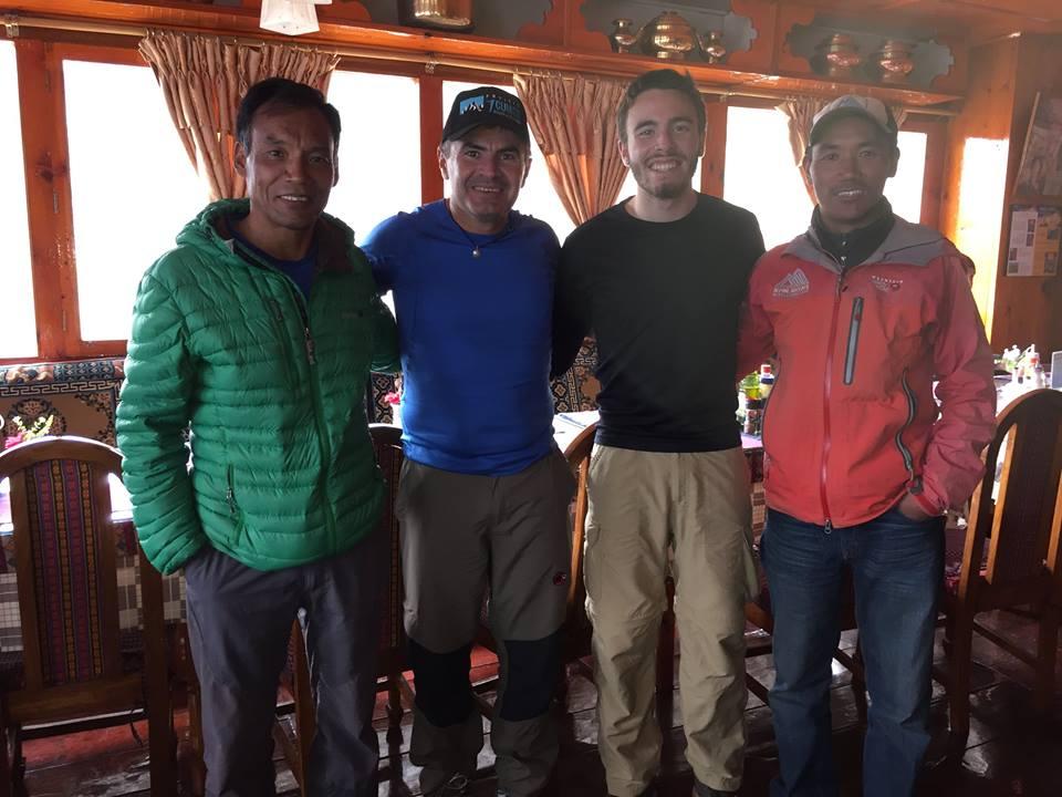 Rosier e o filho Davi posam com Lakpa Rita (de verde) e Kami Rita (de vermelho) , que já chegaram ao cume do Everest várias vezes (FOTO: Reprodução Facebook)