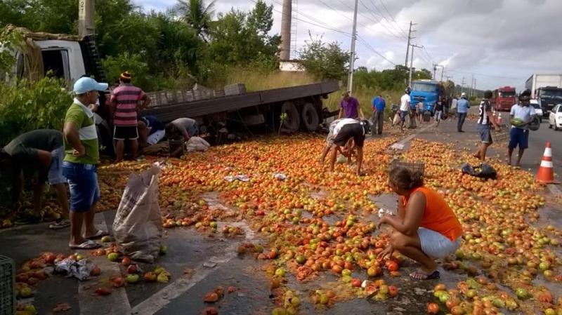 Acidente deixou a via repleta de tomates transportados pelos caminhões (FOTO: Edson Nascimento/TV Jangadeiro)