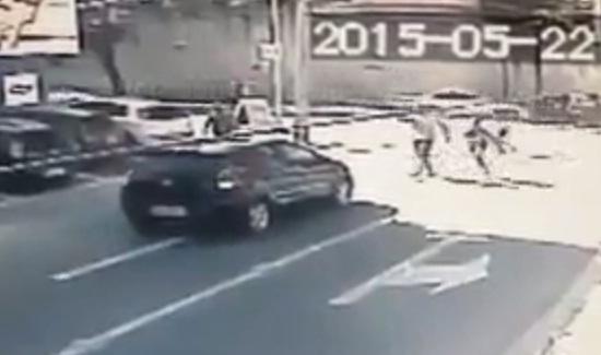 Assalto foi flagrado por câmera de segurança da Rua Leonardo Mota (FOTO: Reprodução)