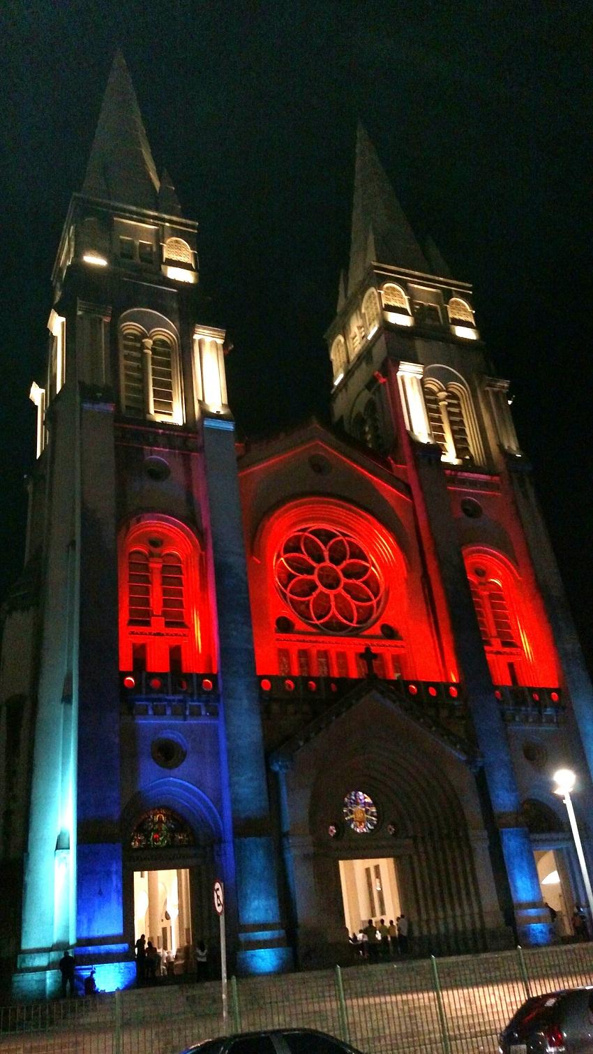 A Catedral ganhou as cores vermelho e azul no sábado (23) e no domingo (24) (Foto: Divulgação)
