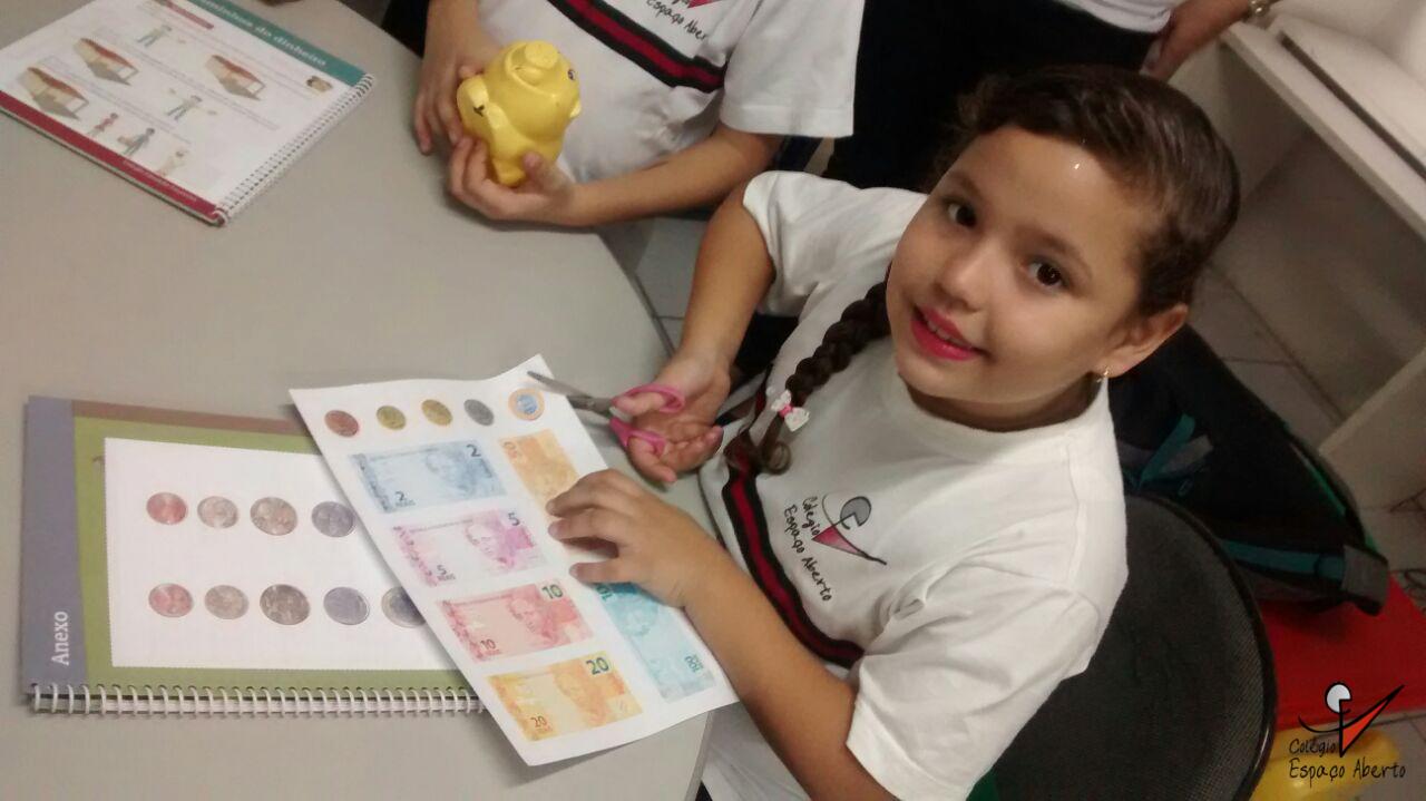 O Colégio Espaço Aberto utiliza as aulas de matemática para ensinar sobre sistema monetário, resolução de problemas e a importância de poupar dinheiro. (FOTO: Colégio Espaço Aberto)