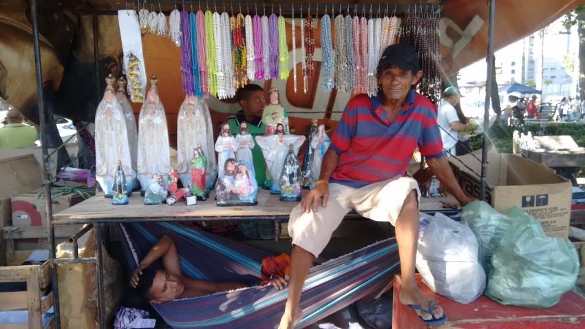 Luiz Gonzaga improvisa rede para família dormir em barraca (FOTO: Hayanne Narlla/ Tribuna do Ceará)