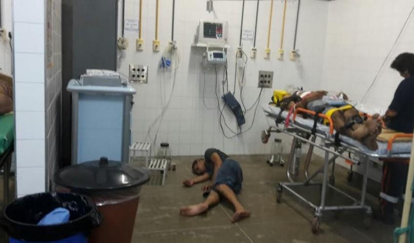 Pacientes fotografaram pessoas esperando atendimento no chão dos corredores de hospitais (FOTO: Reprodução)