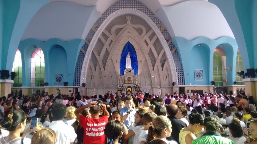 Todo dia 13, a Igreja de Fátima reúne milhares de fiéis devotos da virgem Maria (FOTO: Hayanne Narlla/ Tribuna do Ceará)