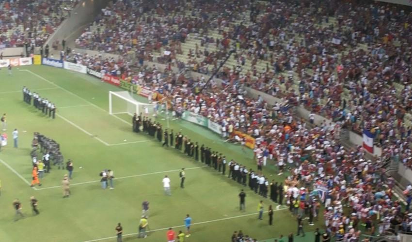 Torcedores de ambos os times entraram em conflito instantes após o apito final (FOTO: Lyvia Rocha/Tribuna do Ceará)