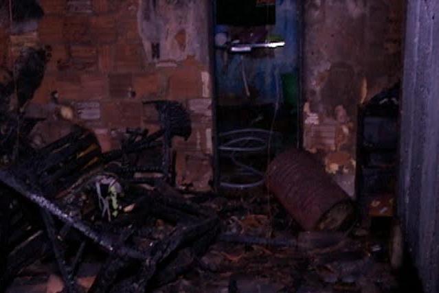 Filho incendeia casa e morre ao lado do pai, na periferia de Fortaleza (FOTO: Reprodução/TV Jangadeiro)