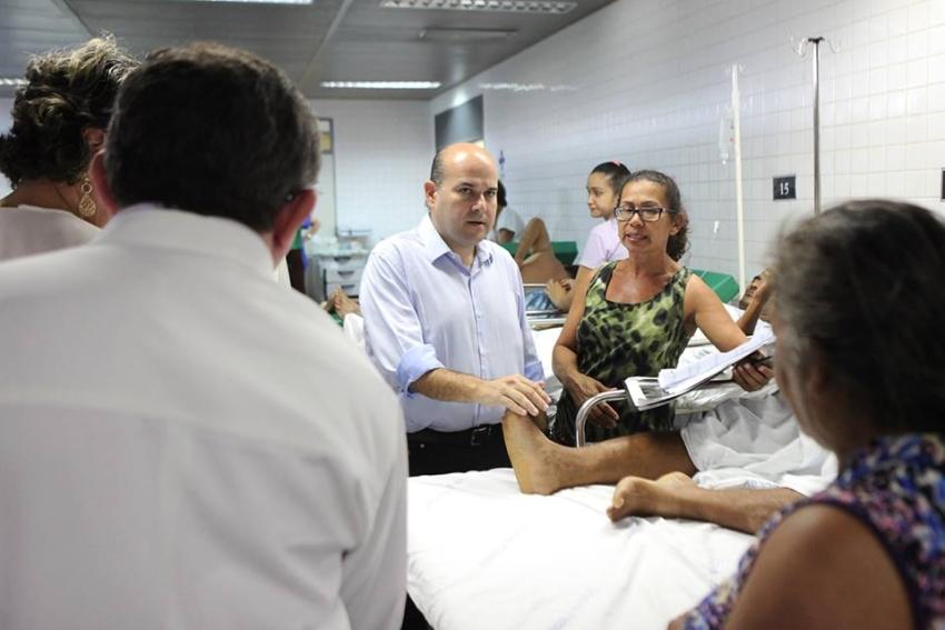 Roberto Cláudio foi ao IJF conferir crise no atendimento (FOTO: Reprodução Facebook)