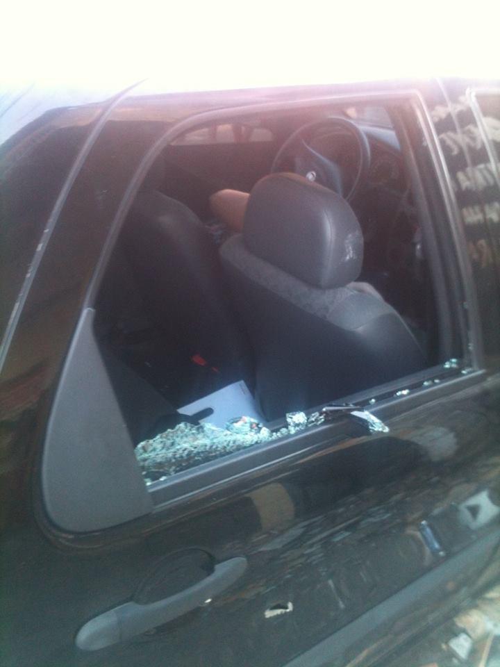 Mesmo baleada, policial ainda conseguiu dirigir alguns metros, mas perdeu o controle do veículo (FOTO: Reprodução/Facebook)