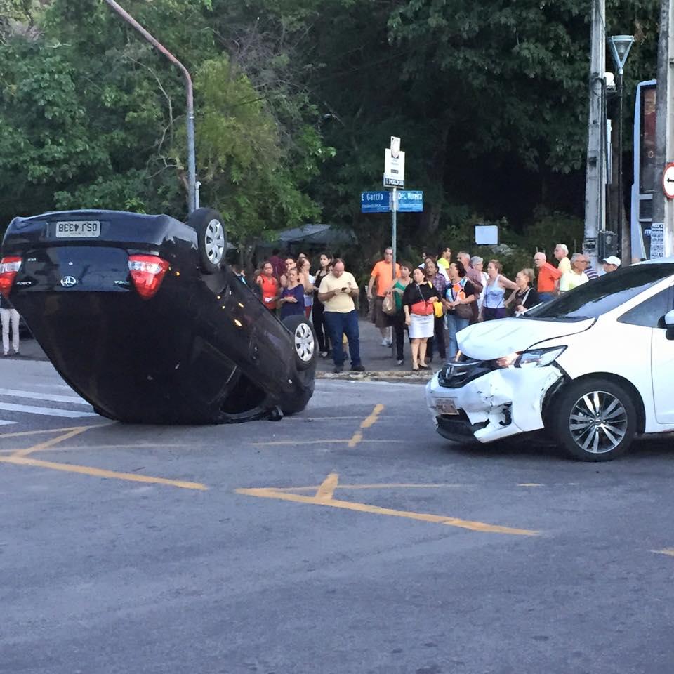Carro capotou após colisão na Avenida Desembargador Moreira (FOTO: Luana Barreto)