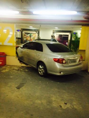 O veículo atingiu a vidraçaria de uma loja e danificou a estrutura do estacionamento (FOTO: Reprodução/Facebook)