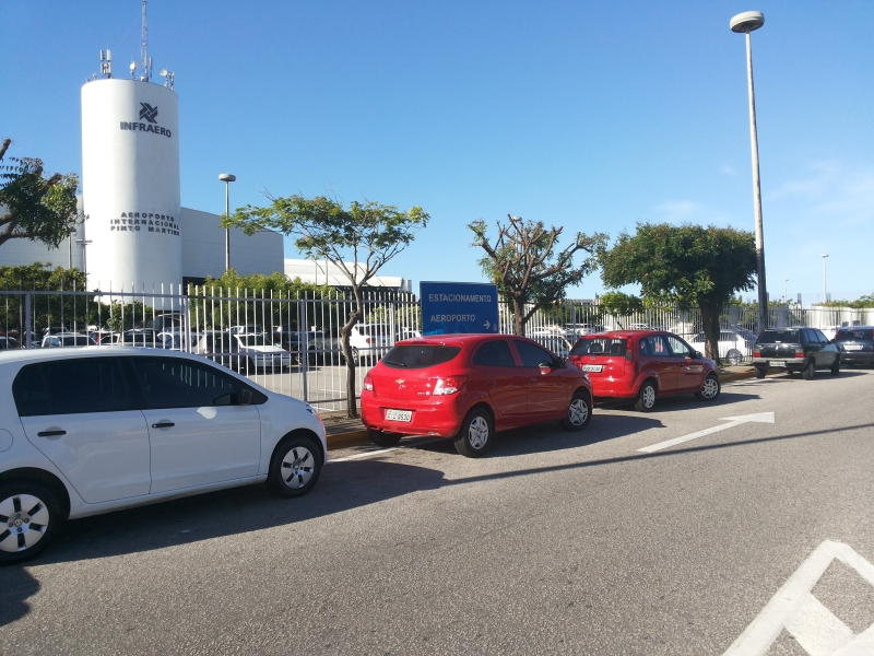 Fila de carros depois da grade do estacionamento é comum no aeroporto (FOTO: Hayanne Narlla/ Tribuna do Ceará)
