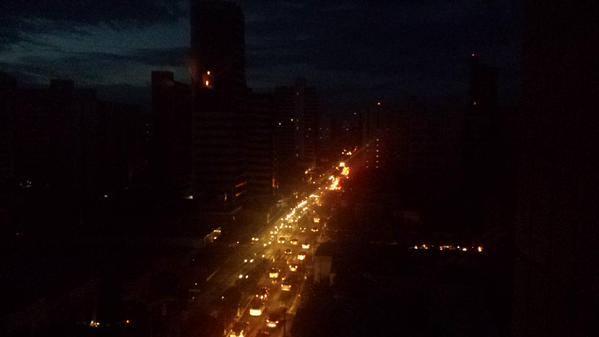 Após apagão, trânsito ficou caótico e gerou colisões. (FOTO: Caroline Secundino)