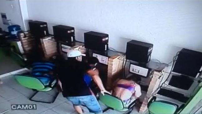 Homem estava revistando o policial, quando iniciou luta corporal (FOTO: Reprodução)
