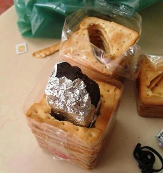Drogas são encontradas em locais inusitados, inclusive em pacotes de bolacha (FOTO: Reprodução/Facebook)