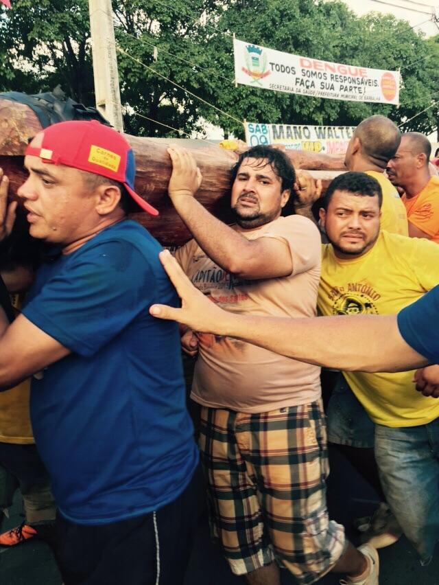Cícero Ricardo (de camisa azul) foi atingido pelo Pau da Bandeira próximo ao fim do cortejo (FOTO: Reprodução/Whatsapp)