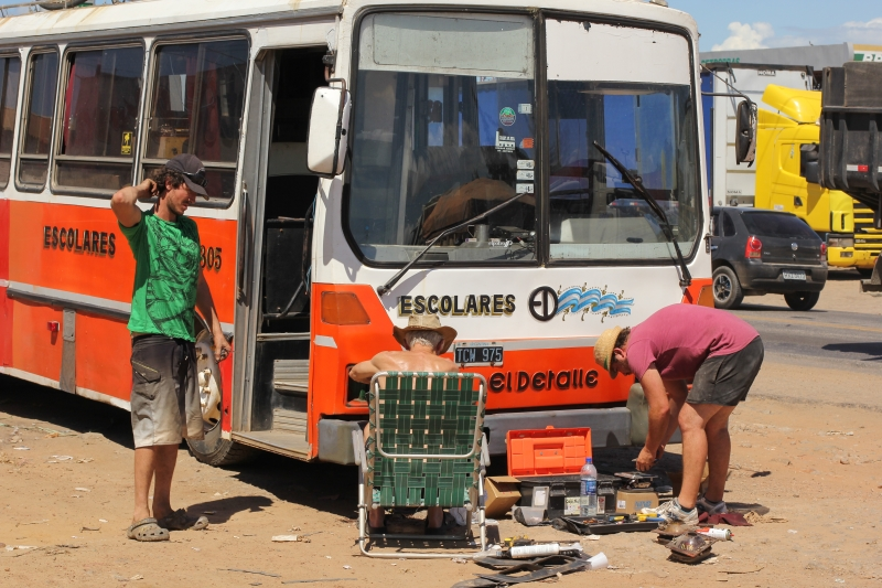 Neozelandeses compraram um ônibus na argentina e resolveram viajar pelo Brasil (FOTO: Fernanda Moura/ Tribuna do Ceará)