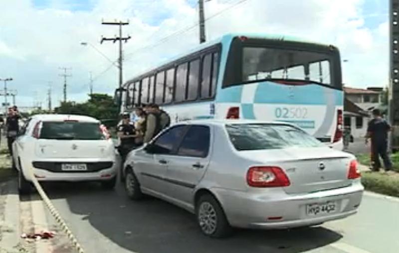 Criminosos colidiram com carro e ônibus após troca de tiros com a polícia (FOTO: Reprodução TV Jangadeiro)