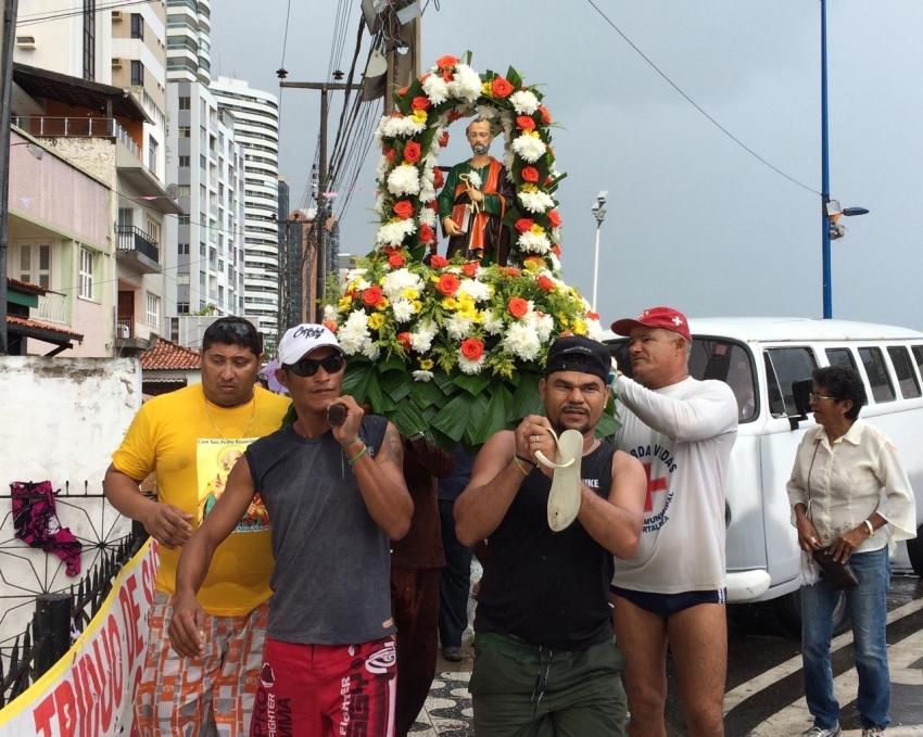 Pescadores levam imagem de São Pedro para procissão marítima (FOTO: Maisa Vasconcelos)