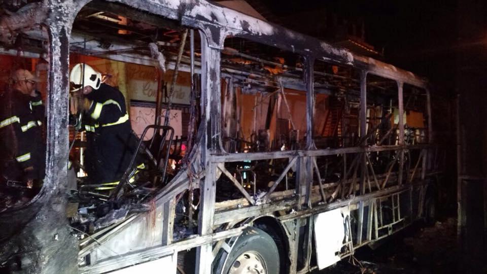 Um dos homens estava armado e os outros dois seguravam os galões de gasolina. Ônibus ficou destruído (FOTO: Luciana Lemos/TV Jangadeiro)