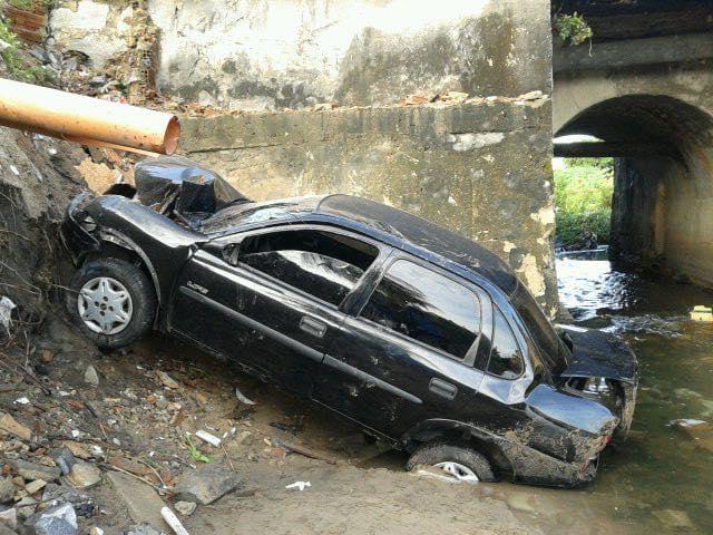 Veículo tombou após tentar desviar de ciclista na via (FOTO: Reprodução/Whatsapp)