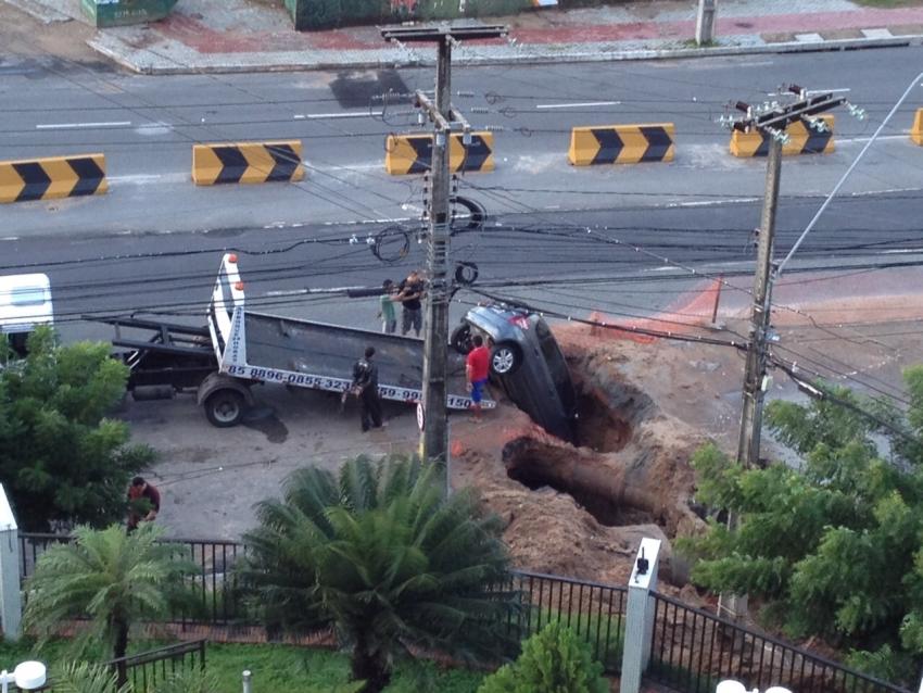 Carro cai em buraco na Avenida Eng Santana Jr (FOTO: Reprodução Whatsapp)