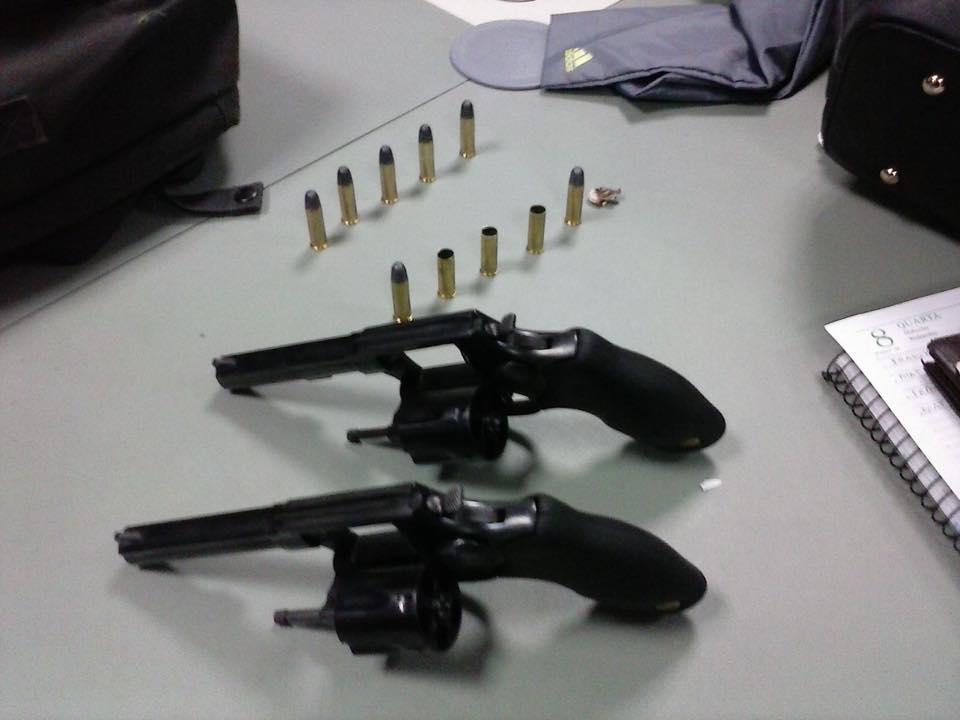 Com os suspeitos, foram apreendidas dois revólveres calibre 38 (FOTO: Reprodução/Whatsapp)