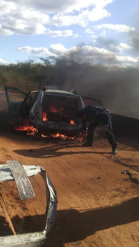 O grupo fugiu em dois carros e ateou fogo em um deles. (FOTO: Reprodução/ Whatsapp)