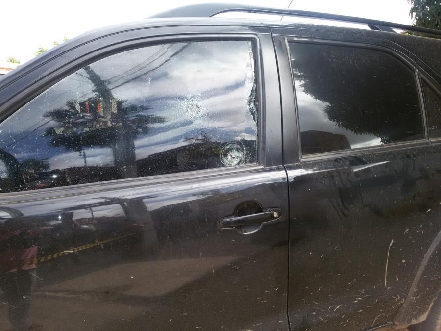 Carro ficou perfurado pelas balas (FOTO: Blog Erivando Lima)