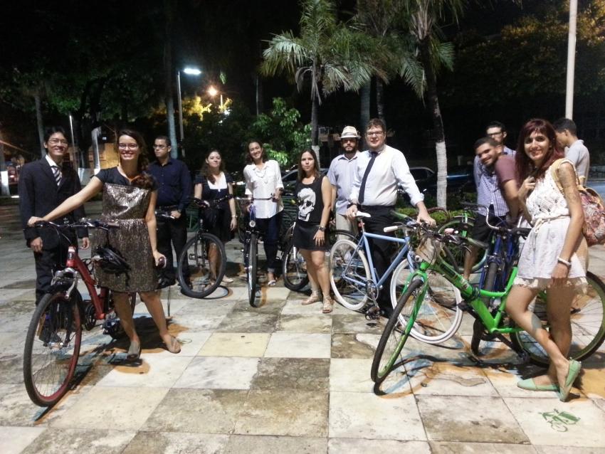 Ciclistas se reuniram com roupas mais formais para Ciclochique (FOTO: Ciclovida)