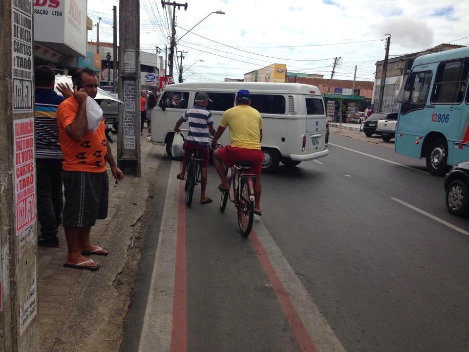 O Tribuna do Ceará flagrou várias irregularidades na ciclofaixa da Avenida Gomes de Matos. (FOTO: Tribuna do Ceará/ Rosana Romão)