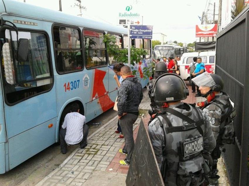 Motoristas e cobradores de ônibus entraram em greve à 0h desta terça-feira, em Fortaleza (FOTO: Walbert Costa/TV Jangadeiro)