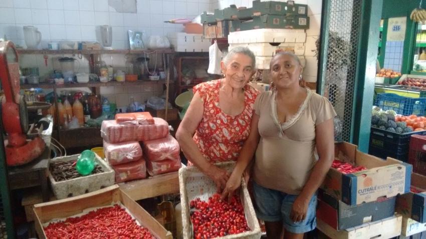"""Véa da Pimenta"" mostra produtos ao lado da amiga que vende café no Mercado (FOTO: Hayanne Narlla/ Tribuna do Ceará)"
