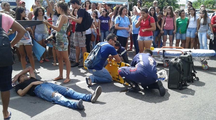 Dois estudantes foram socorridos e encaminhados ao hospital (FOTO: Marcos Dublê)