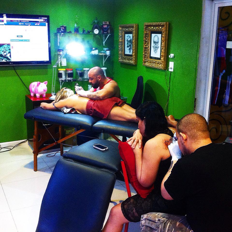 Estúdio de tatuagem fará desenhos por duas latas de leite (FOTO: Reprodução Facebook)