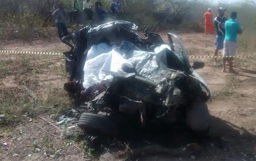 As cinco pessoas que estavam no automóvel Palio morreram. O veículo ficou destruído (FOTO: Reprodução/Whatsapp)