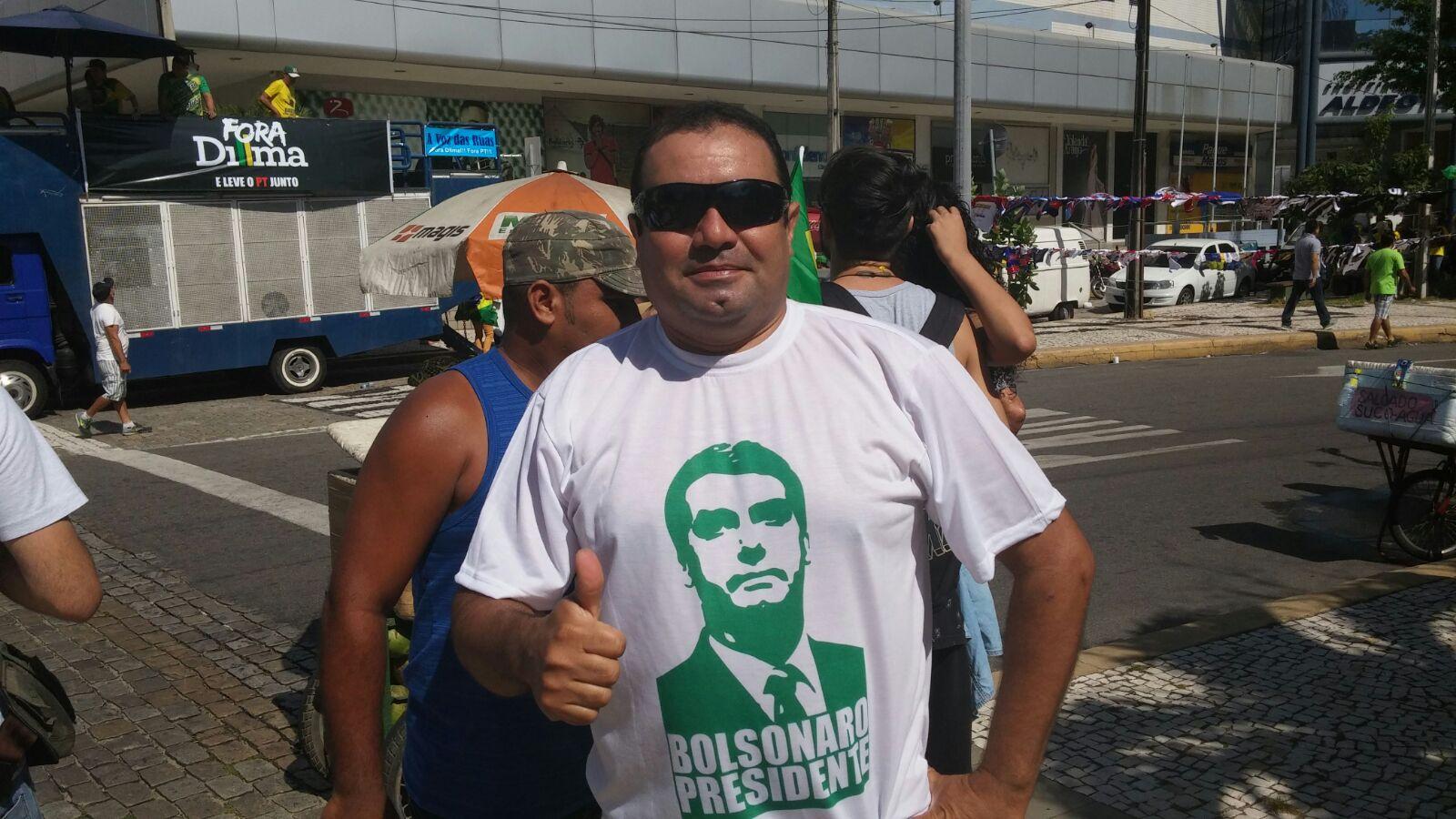 Alex Melo, do grupo Brasil Indignado também marca presença na Praça Portugal