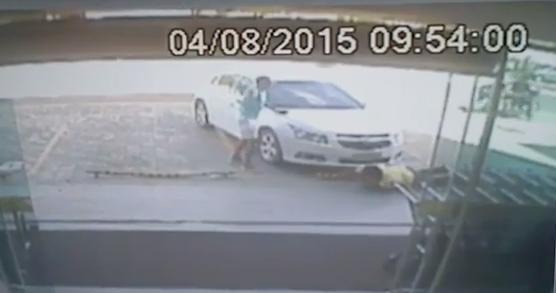 Ao fazer a abordagem em um mercadinho, um dos assaltantes reagiu e trocou tiros com o policial, que foi atingido por dois disparos (FOTO: Reprodução)