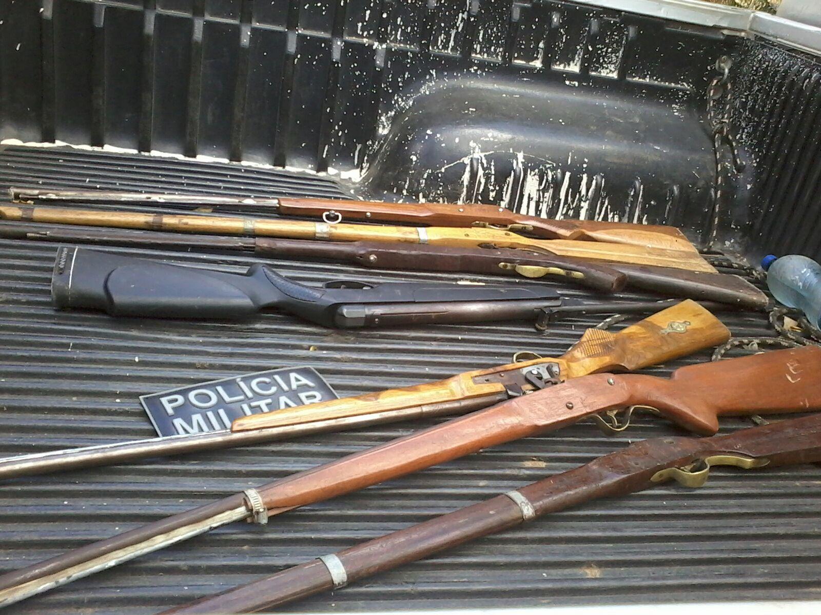 Na manhã desse domingo (30), na localidade de Sítio Baixio das Palmeiras, foram apreendidas seis espingardas artesanais (Divulgação)