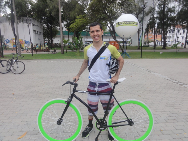 """""""A bicicleta passa a sensação de bem-estar. No trânsito, as pessoas elogiam, parabenizam"""", comenta o idealizador Rafael Lemos (FOTO: Isabela Fernandes/Divulgação)"""