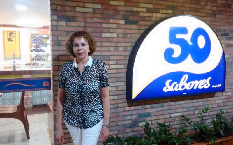 Dona Neusa é responsável pela criação dos sabores da sorveteria (FOTO: Hayanne Narlla/ Tribuna do Ceará)