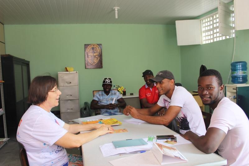 Irmã Clotilde acolhe migrantes (FOTO: Arquidiocese de Fortaleza/ Divulgação)