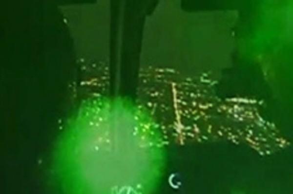 O laser verde apontado pelo adolescente é considerado um risco para a aviação (FOTO: MERAMENTE ILUSTRATIVA)