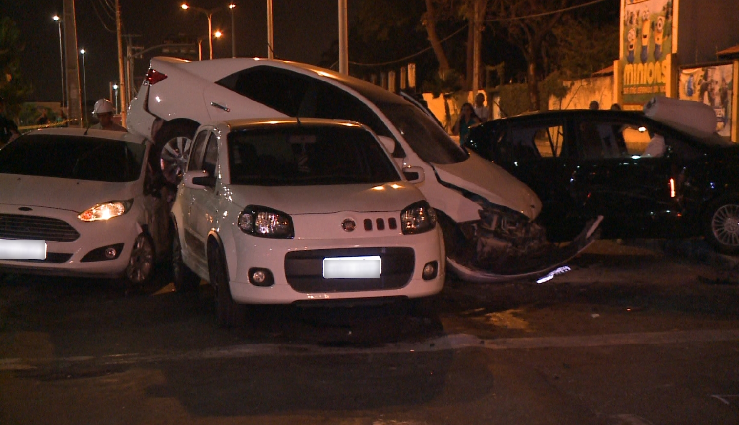O veículo branco que ficou sobre os outros carros era roubado (FOTO: Reprodução/TV Jangadeiro)