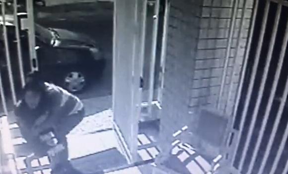 Agressão de assaltante foi flagrada por câmeras de circuito interno (FOTO: Reprodução)