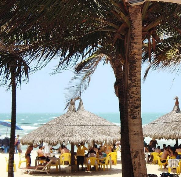 Cliente denuncia preconceito de barraca da Praia do Futuro contra ambulante africano