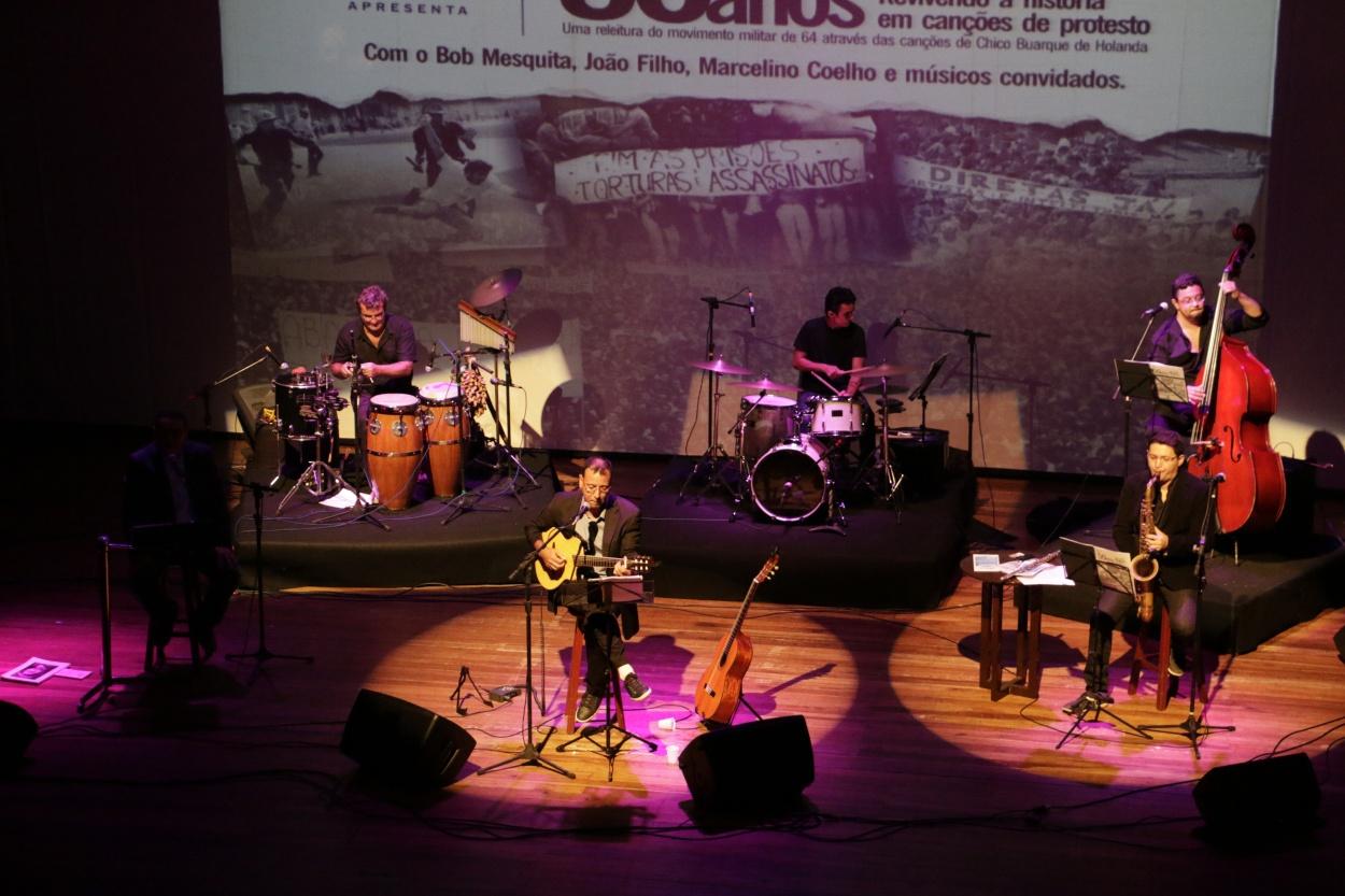 Marcelino Coelho se apresentando em evento que homenageava Chico Buarque. (FOTO: Arquivo pessoal)
