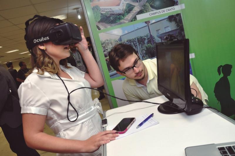 Por meio do óculos, usuários vivem realidade virtual (FOTO: Filiphe Sá)