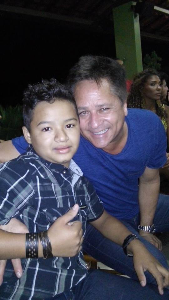 Ao lado do cantor sertanejo Leonardo (FOTO: Arquivo pessoal)