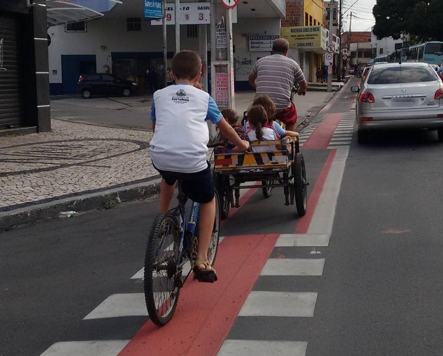A família surpreende as pessoas, que param para registrar em foto a felicidade das crianças e do pai (FOTO: Wanderley Freitas)